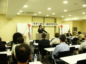 演説中の遠藤健太郎代表